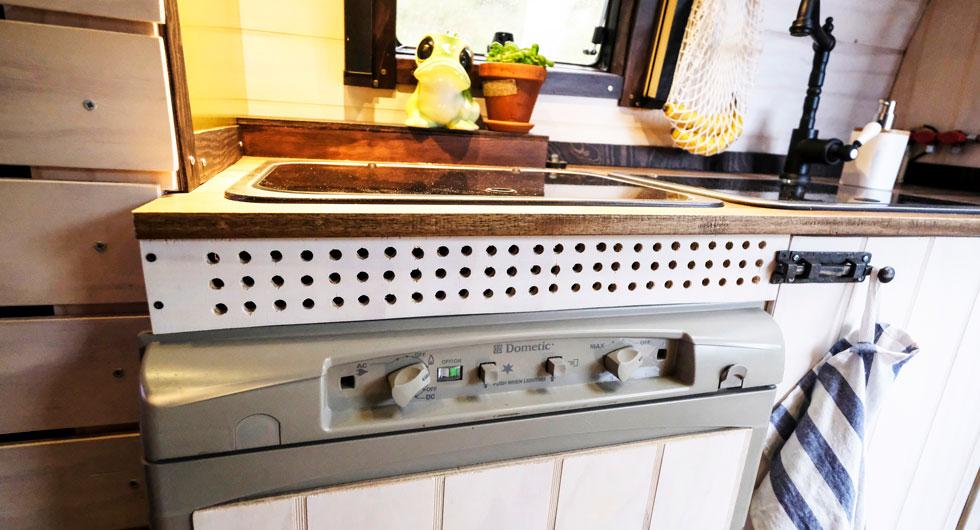 Borrade ventilationshål ovanför kylskåpet.
