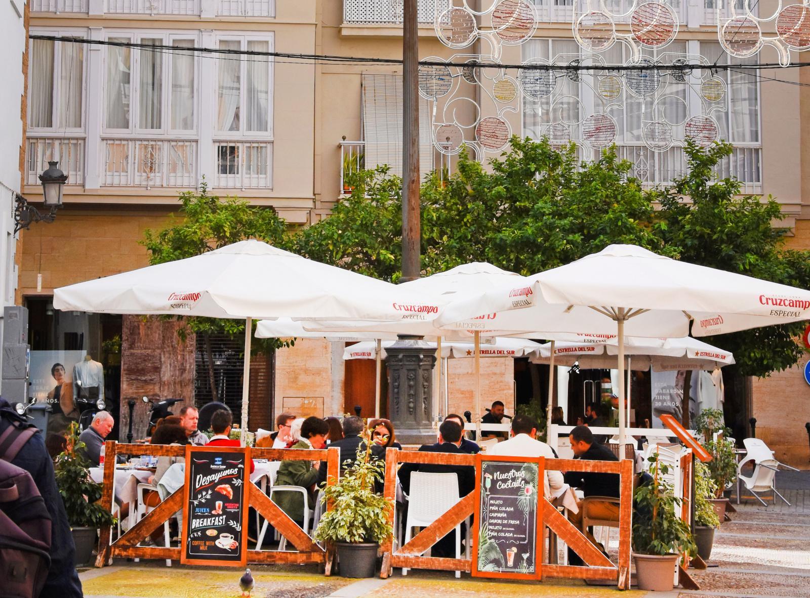 Det finns alltid ett torg att sitta och mysa på i Cadiz.