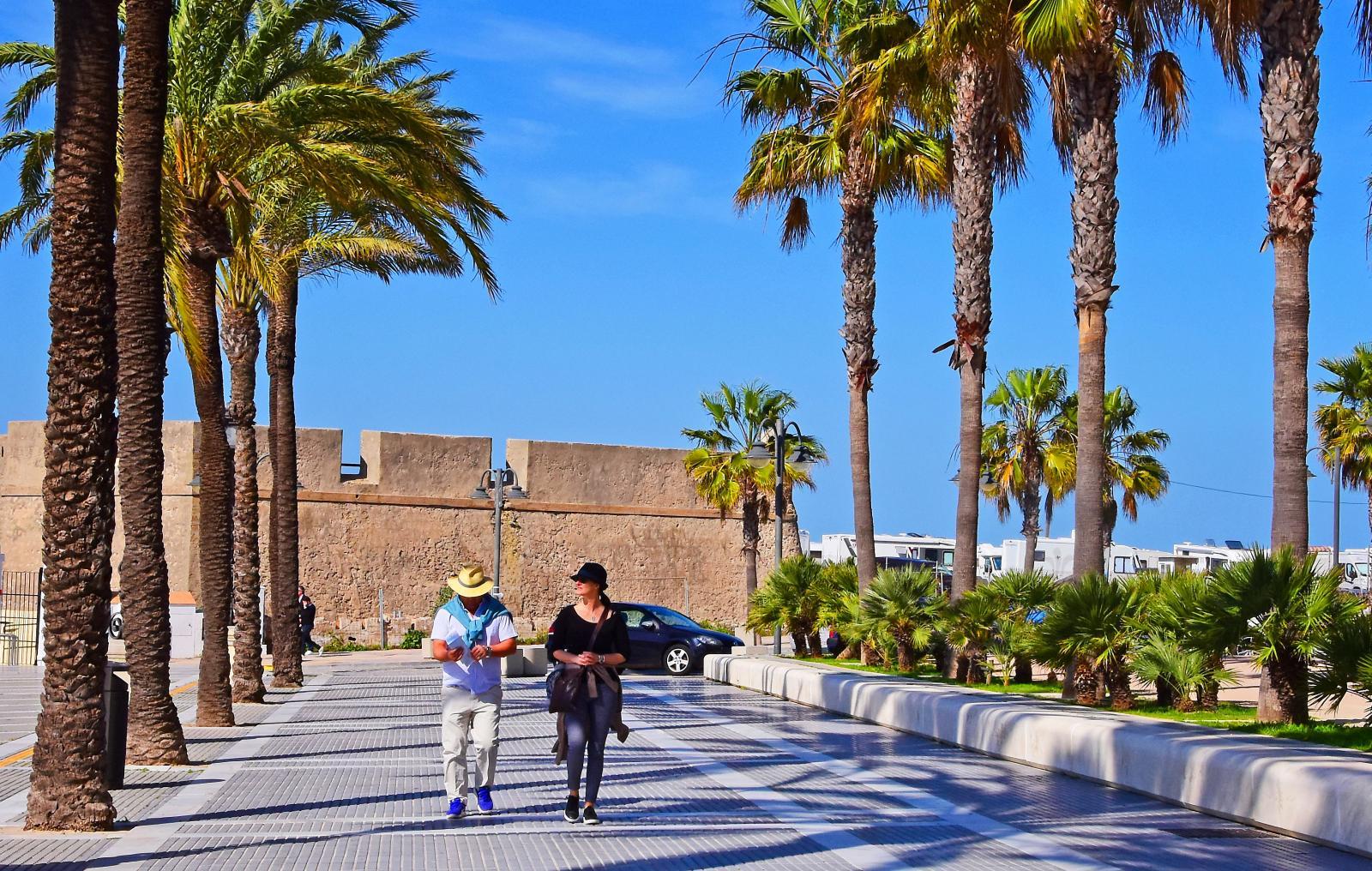 Skymtar ni husbilstaken till höger i bild? Det är ställplatsen vid Playa de la Caleta. Fantastiskt läge!
