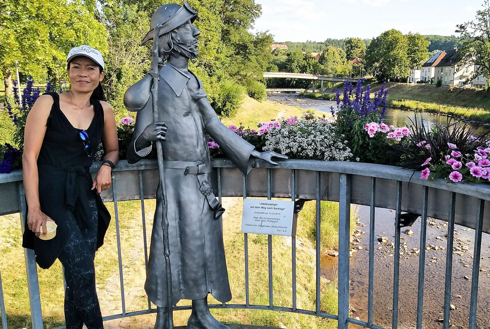"""Vandringsleden Badischer Jakobsweg passerar statyn """"Jakobuspilger"""" i Gaggenau. Nästa anhalt efter att man traskat genom den mörka skogen är Baden-Baden."""