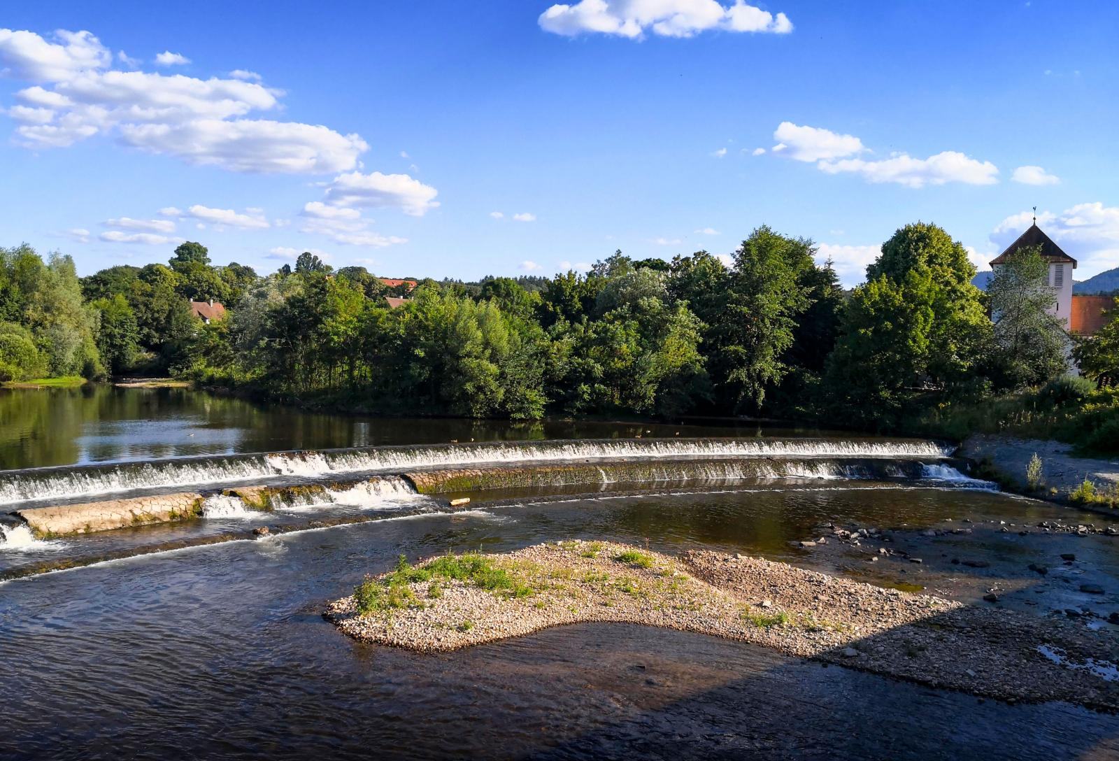 Floden Murgs fördämning ger ett avkopplande brus över nejden.