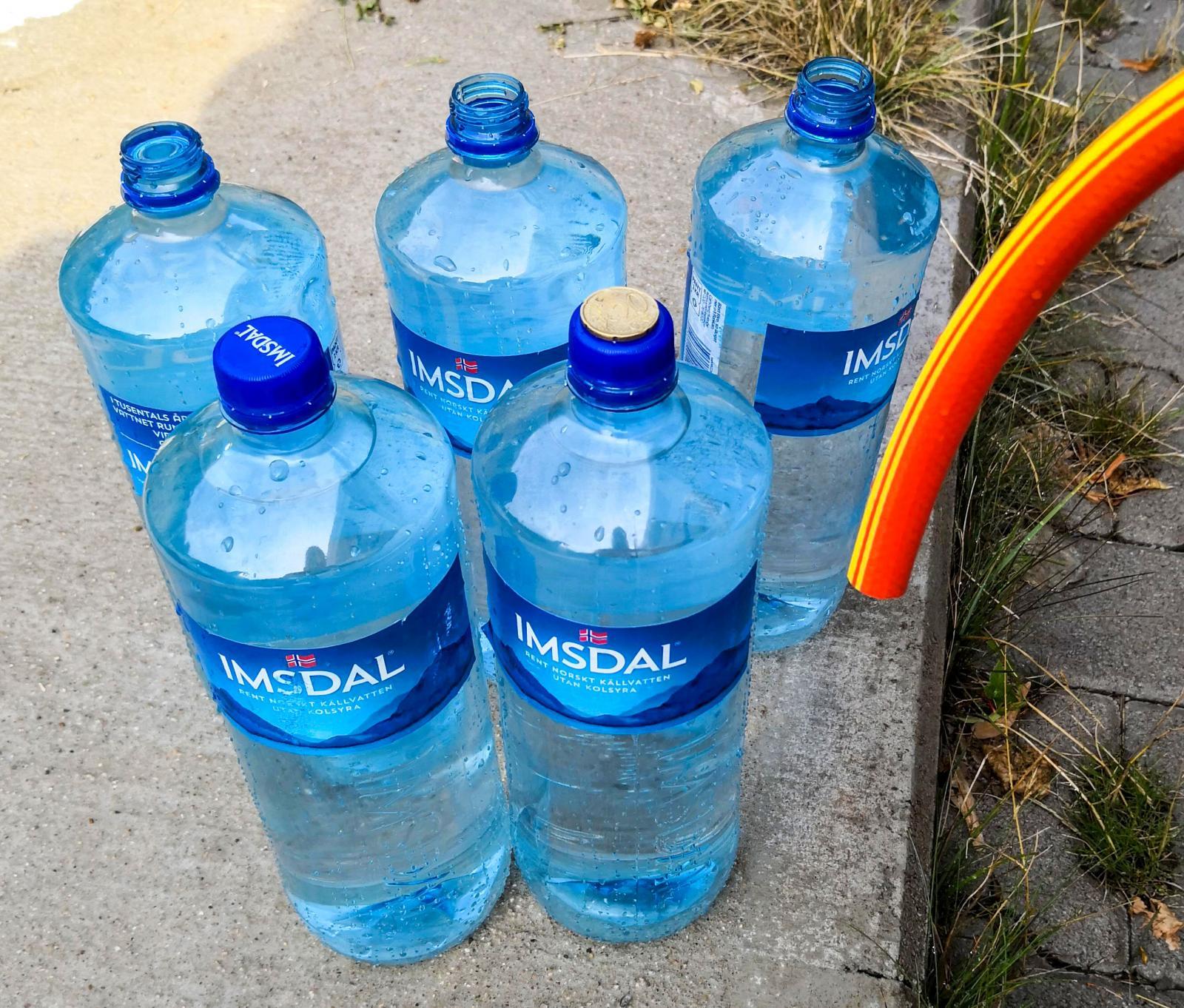 Service betalas med mynt och ställplatsen betalas i närbelägna simhallen. Det gäller att ha tomflaskor redo när husbilen är mätt och man pyntat för 100 liter vatten...