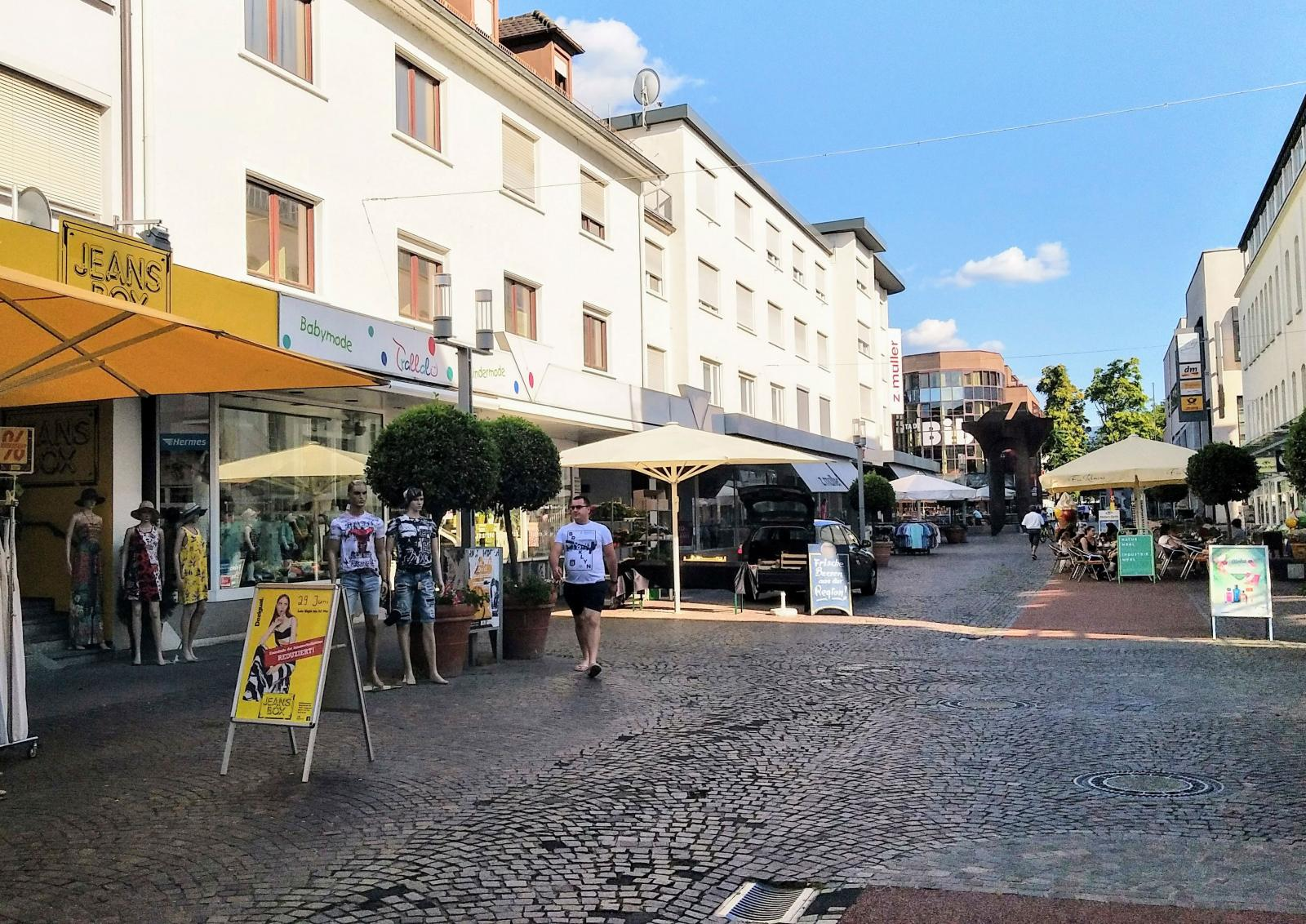 Gaggenau platsar knappast på listan över Tysklands vackraste orter men här råder ändå en mysig stämning på centrumgatan.