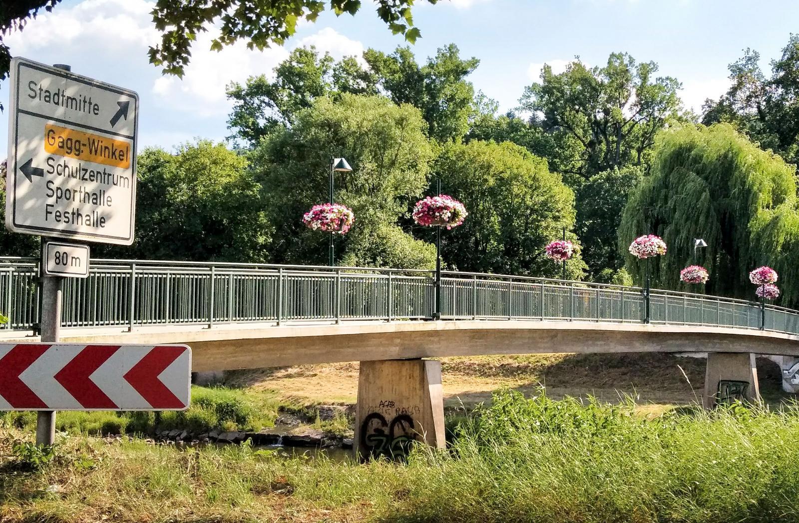 Gångbro mot centrum från ställplatsen. Under slingrar sig floden Murg fram genom samhället.