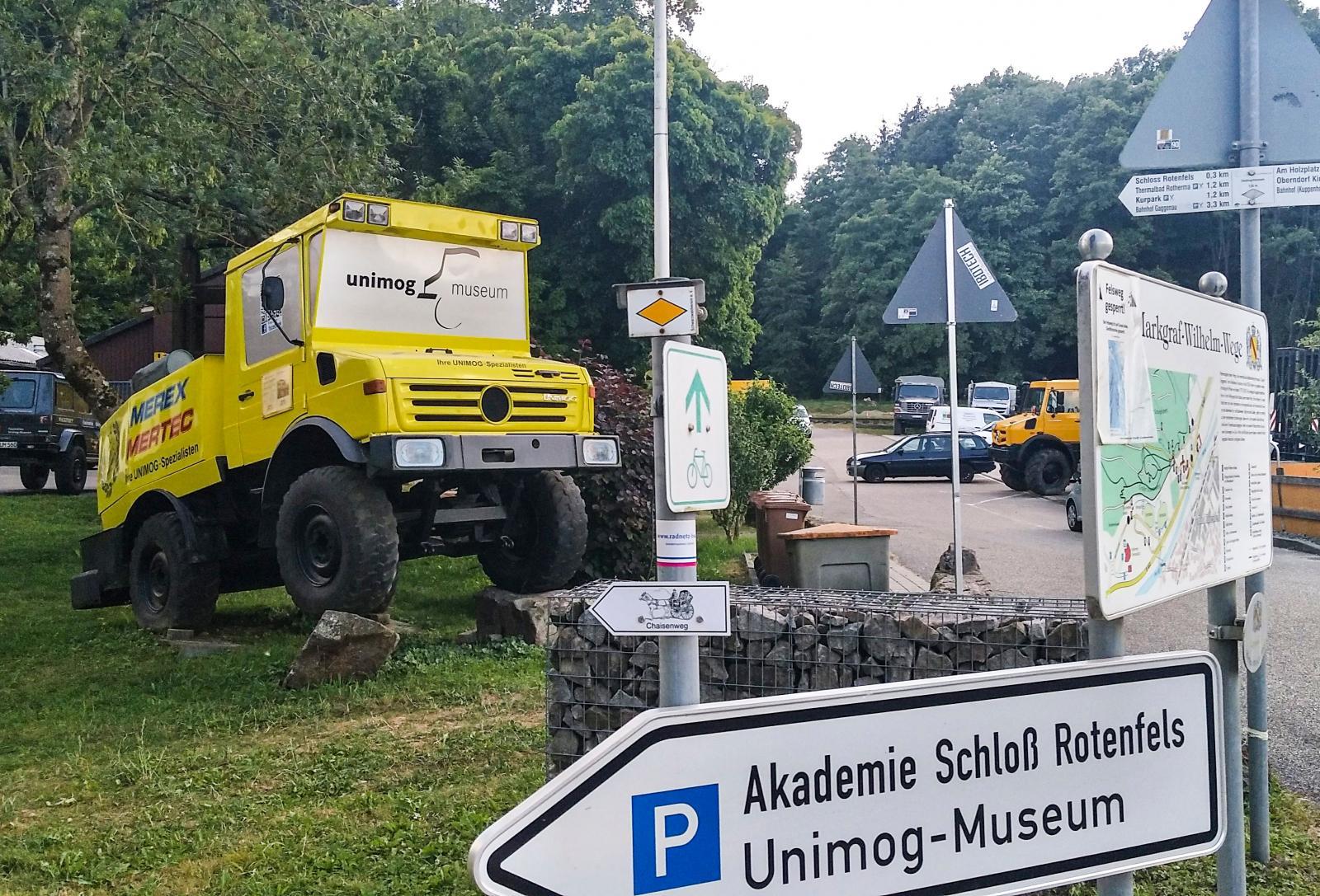 Inte bara vuxna kan leka med bilar utanför Unimogs museum utan även barnen.