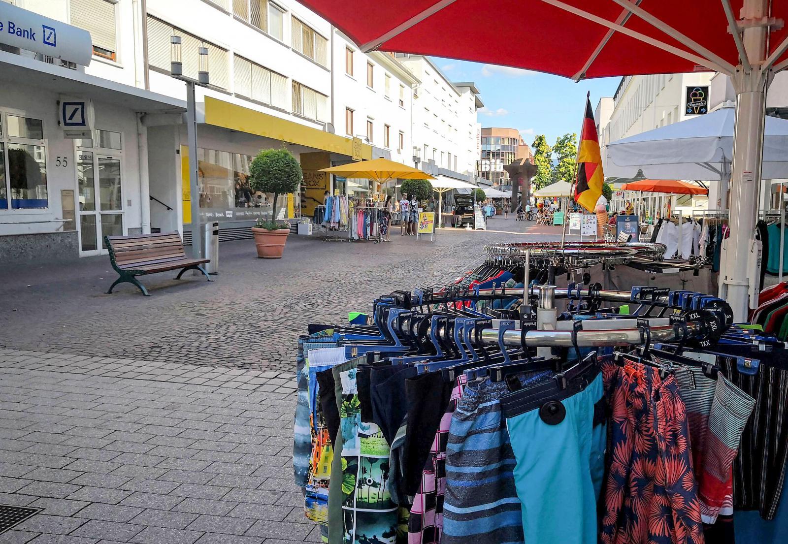 Shopping längs centrumgatan samt några restauranger och kaféer.
