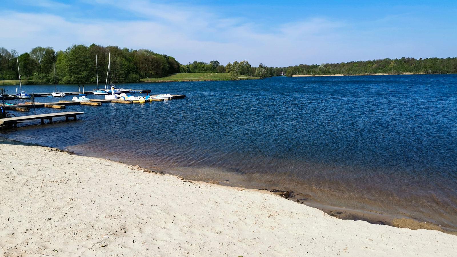 Den konstgjorda sjön Dreiländersee ligger på tyska sidan om gränsen och här är det populärt med både bad och småbåtar.