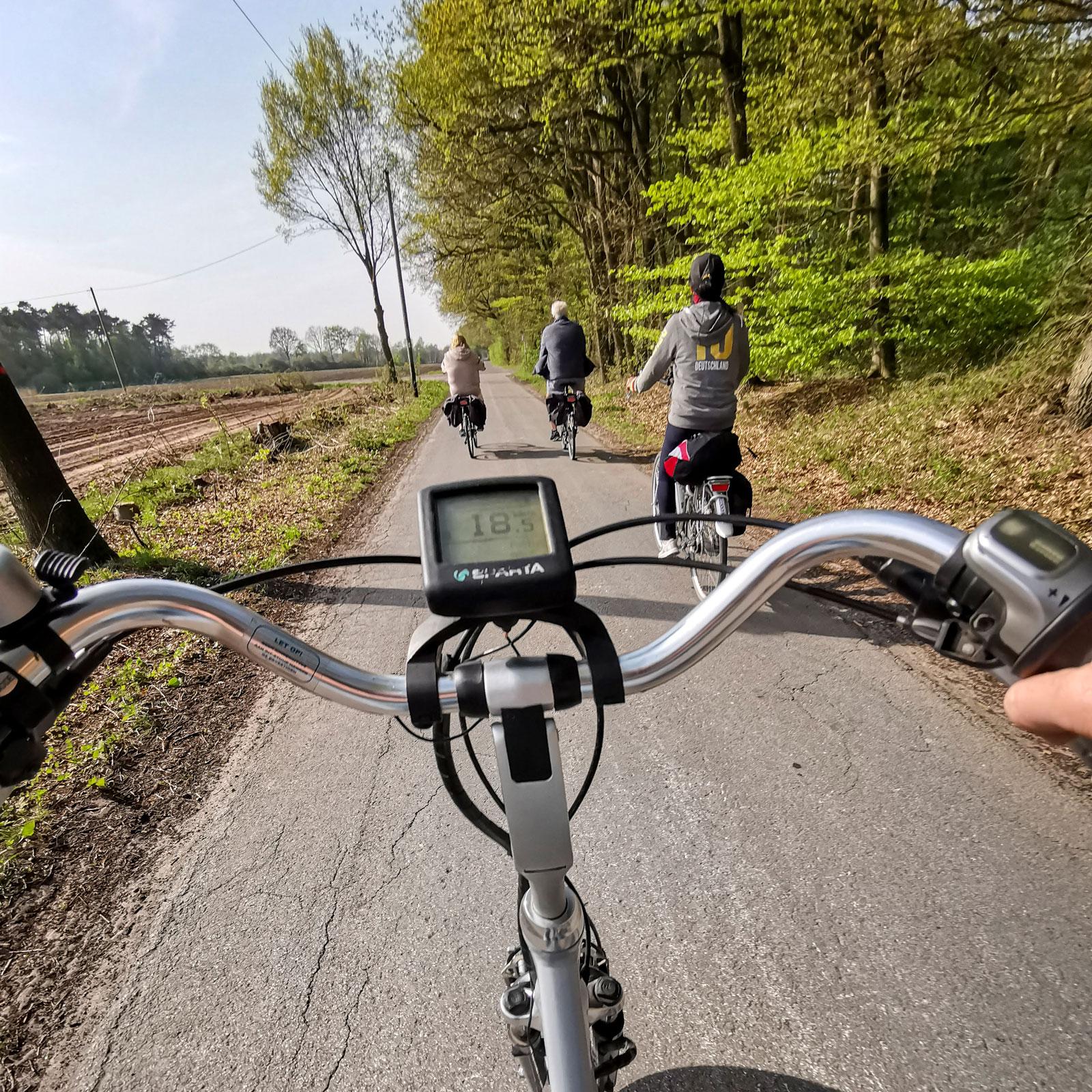 Cykeldatorn visar hastighet, tid och avstånd.
