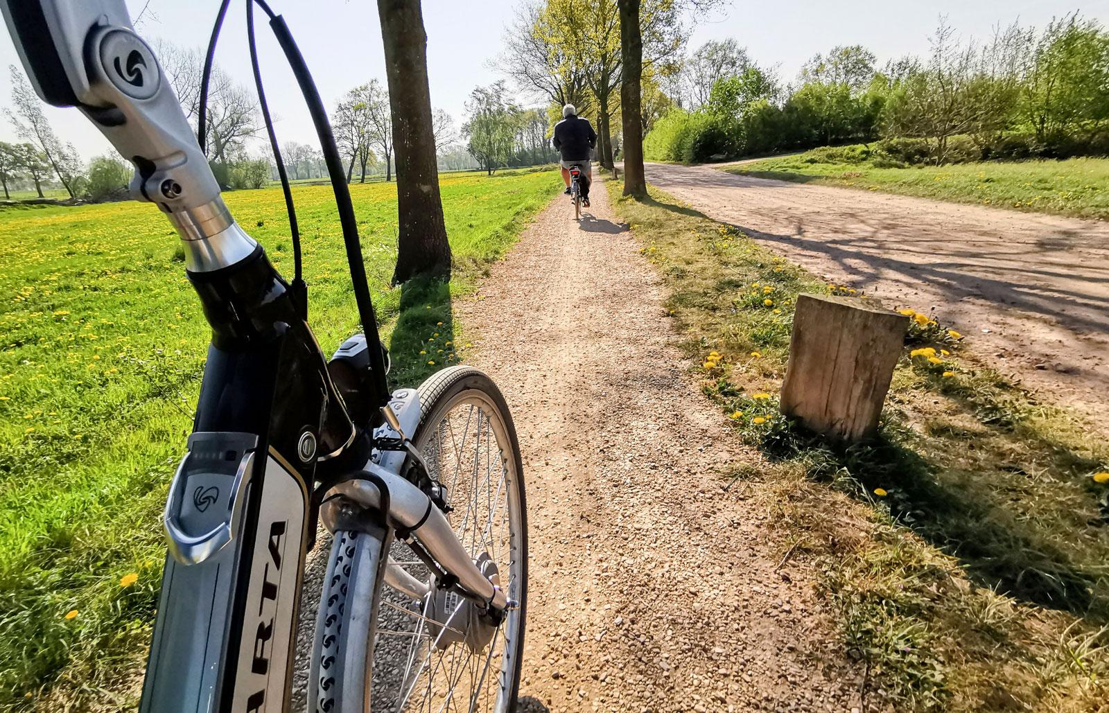 Det är inte bara asfaltsvägar som har en egen separat cykelbana utan även grusvägar. Ofta separerade med allé av träd.