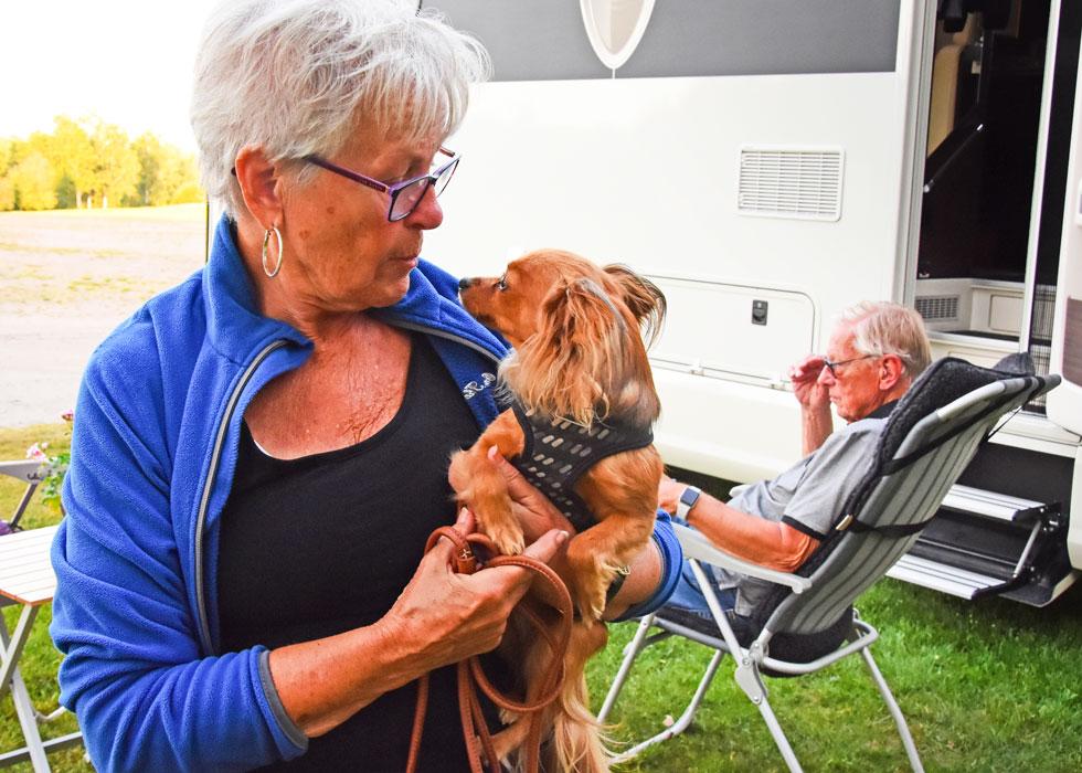 Det saknas aldrig en hund i Kerstins och Svens familj. Numera är det Nadja som vaktar husbilen.