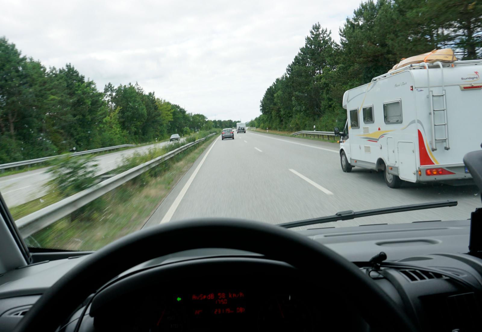 Mötesfria och större vägar är att föredra för nybörjare då de är säkrast. Däremot bör du inte ha bråttom. Vid omkörning av stora fordon märks ett tydligt vinddrag i passeringsögonblicket.