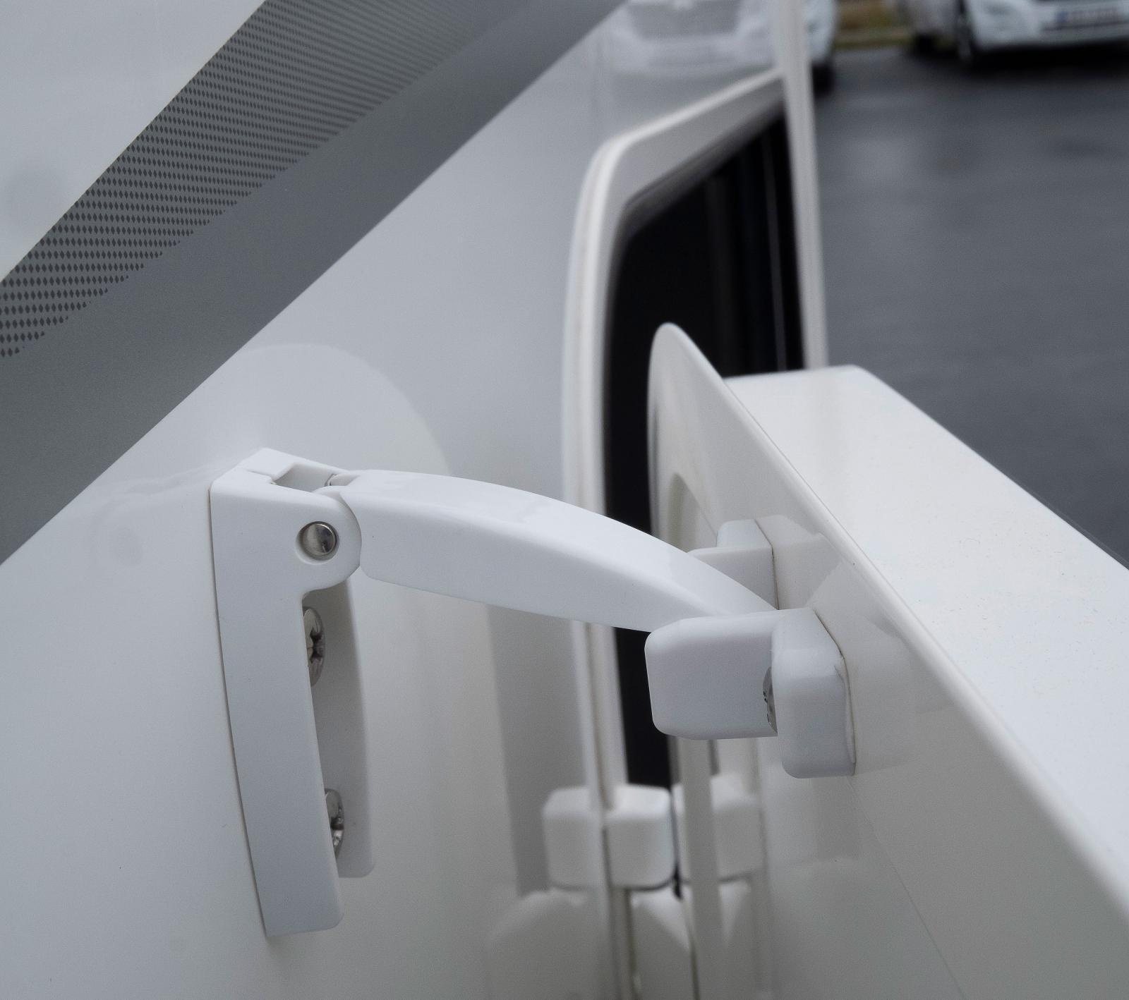 Se upp med garagedörrarnas spärrar som är pilliga.