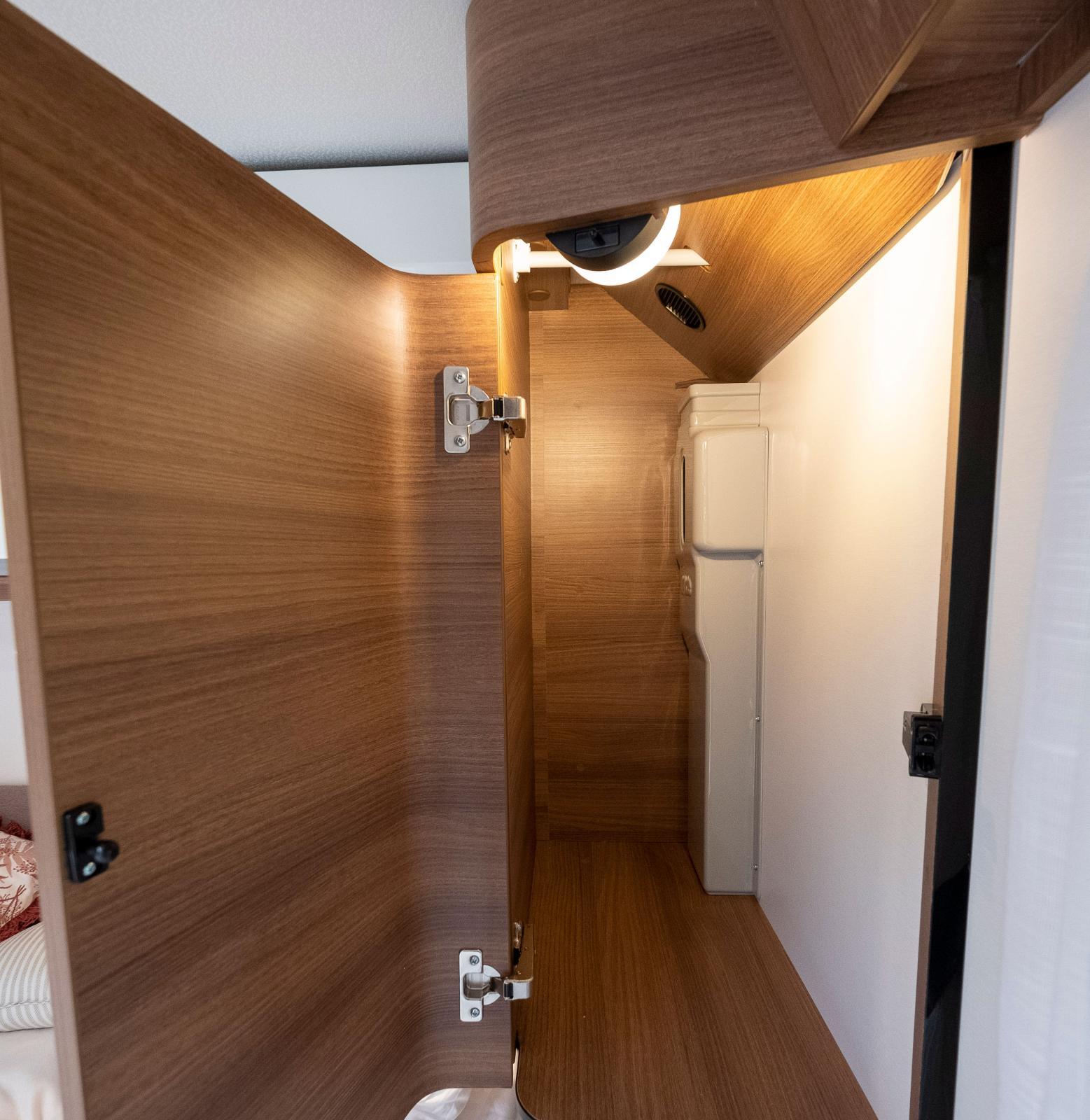 Små belysta garderober finns på var sida av sängen.
