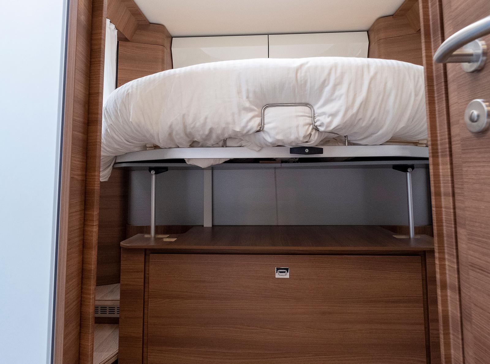 Sängen kan hissas upp vilket ger mer stuvutrymme.