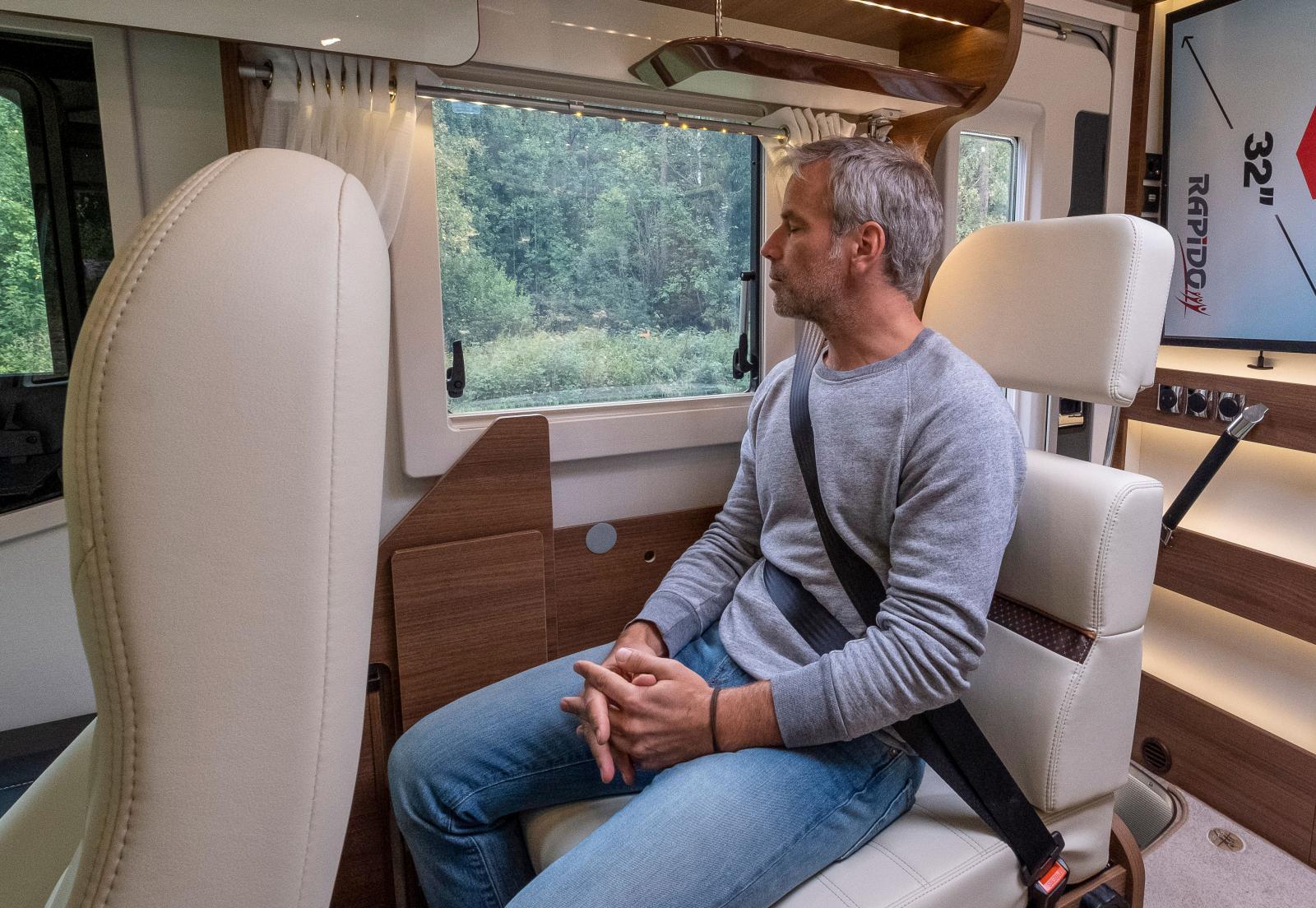 Båda sofforna kan omvandlas till sittplatser som har bra utsikt och passageraren sitter bekvämt.