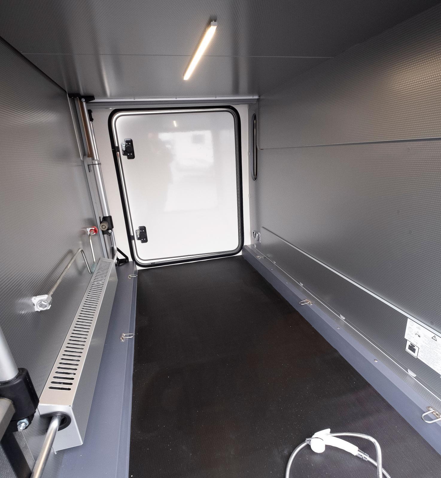 Garaget har bra placerad belysning och är uppvärmt.