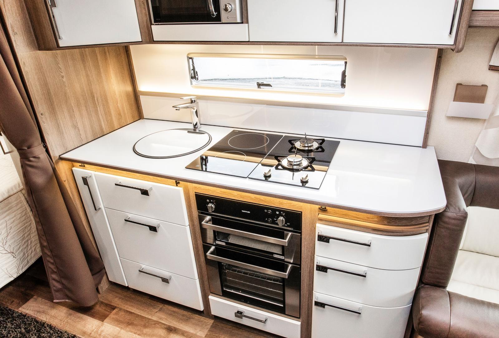 Klasiskt rakt kök är vanligast i husvagnar. Vikten hamnar på hjulaxeln och det är lätt att nå köket från u-soffan fram.