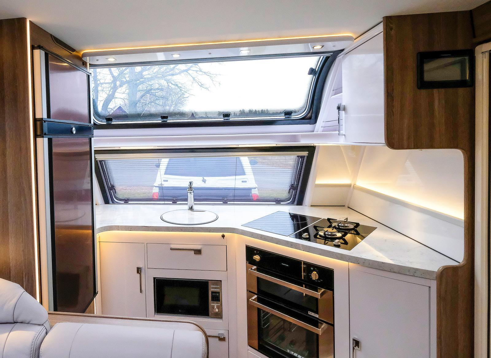Ett rymligt frontkök i en Kabe husvagn. Möjligen är frontköket bästa lösningen för den som prioriterar matlagning högt.