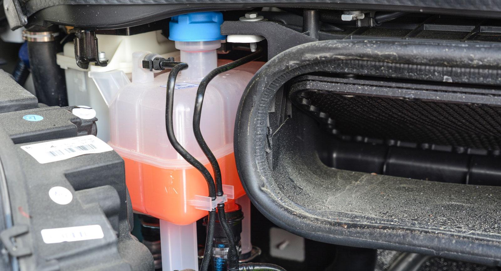 Glykolens färg (och typ) kan skilja sig mellan motor och bodel. Blanda aldrig två olika.