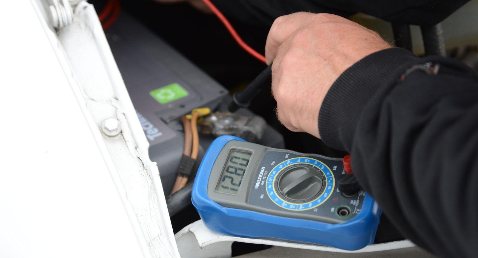 Kontrollera att batteristatusen är okej. En extern batteritestare fungerar ypperligt.
