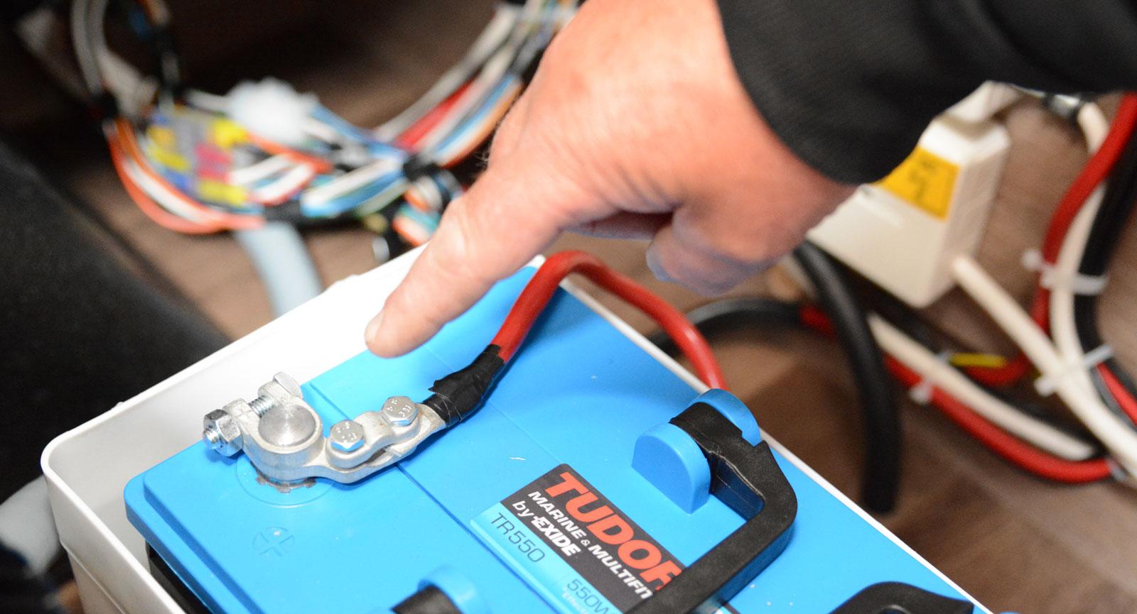 Koppla loss pluspolen på batterierna om fritidsfordonet saknar huvudströmbrytare.