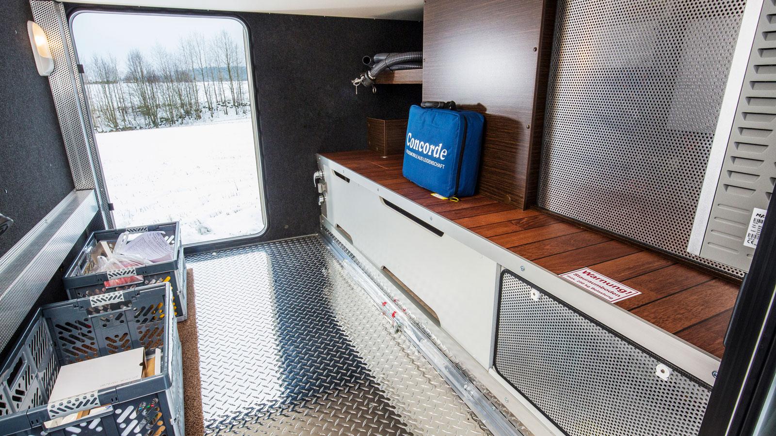 Garaget är uppvärmt, väl belyst och har utedusch. Bakom plåtarna finns diverse elektronik.