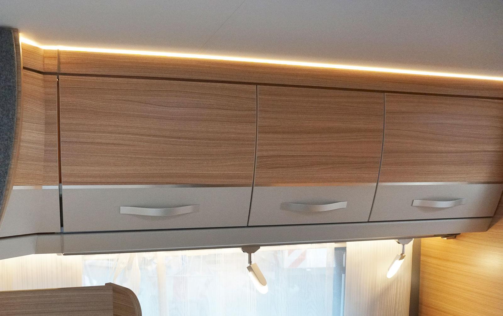 Indirekt ljus mellan tak och överskåp plus punktbelysning.
