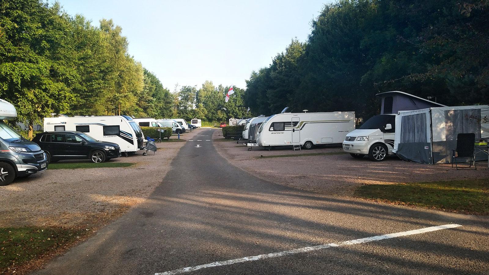 Underlagen på campingen varierar. På vissa ställen står man på gräs och andra på grus. Kul att inspektera alla engelska fordon.