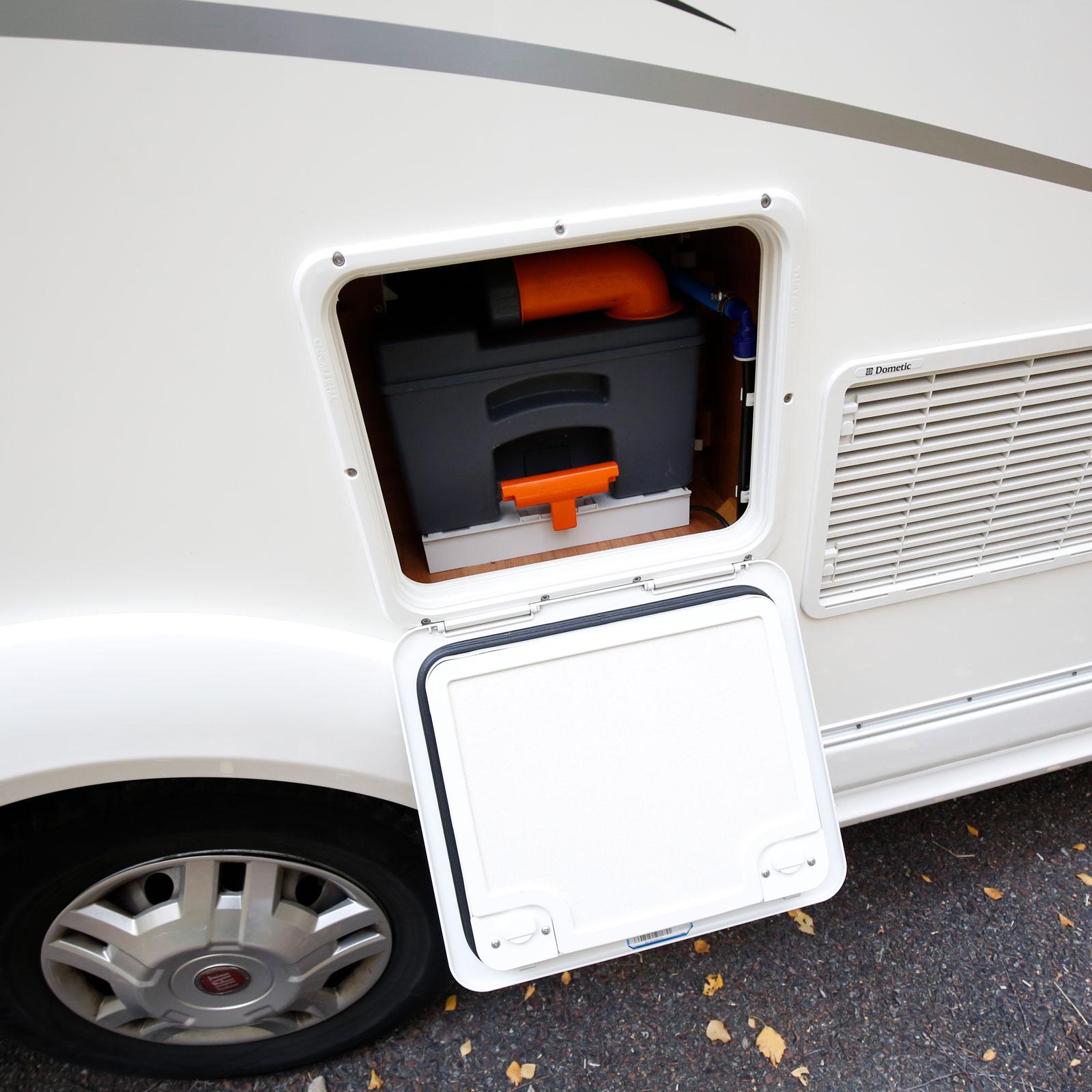 Kassettoaletten är placerad på dörrsidan vilket inte är idealiskt under markisen.