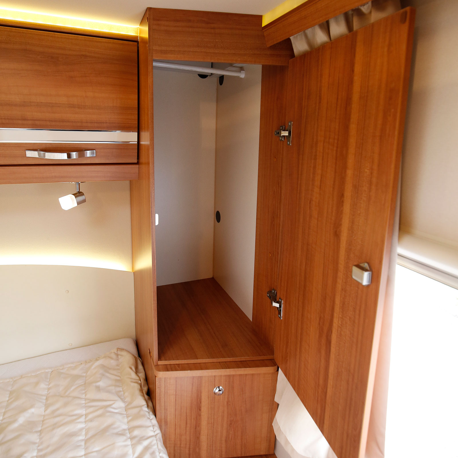 Ytan disponeras väl. Här garderob, låda och nattduksbord.