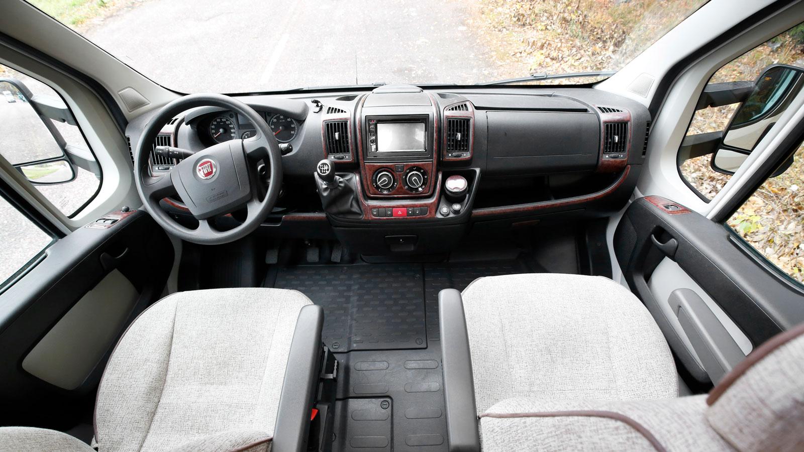 Det mesta är bekant för den som kört en husbil baserad på Fiat Ducato. Trädekor var ett tillval som fanns 2012.