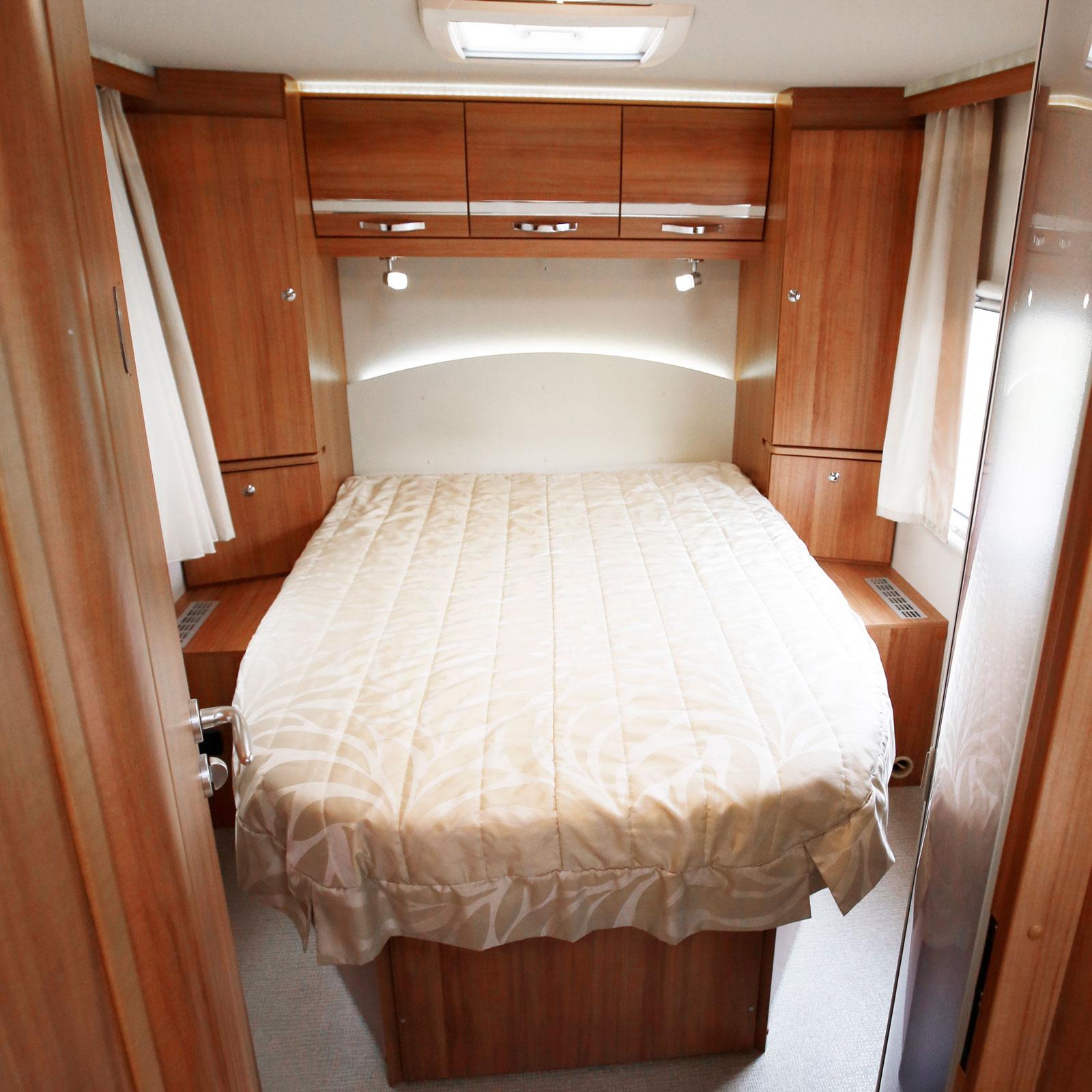 Majestätisk säng och integrerade ljuslister höjer det exklusiva intrycket.