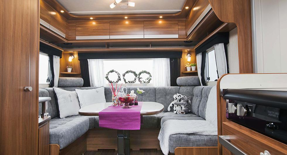 U-soffa som kan bäddas om fler än fyra ska övernatta.