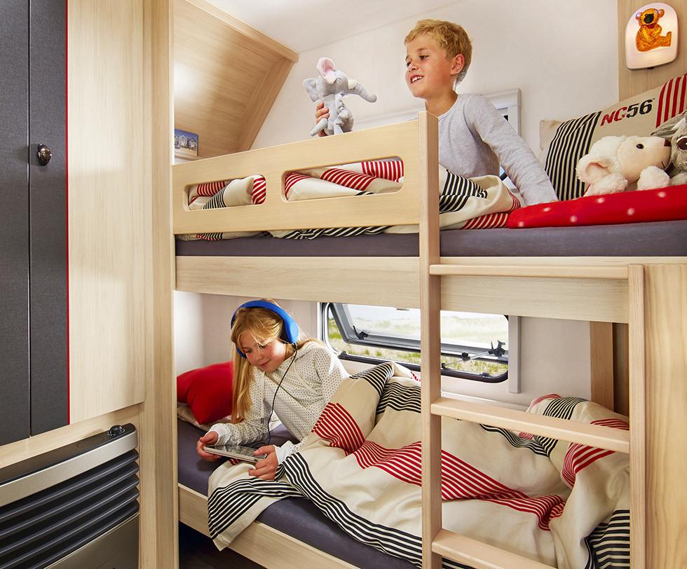 Fönster och björnlampa vid varje säng gör det mysigt för barn.