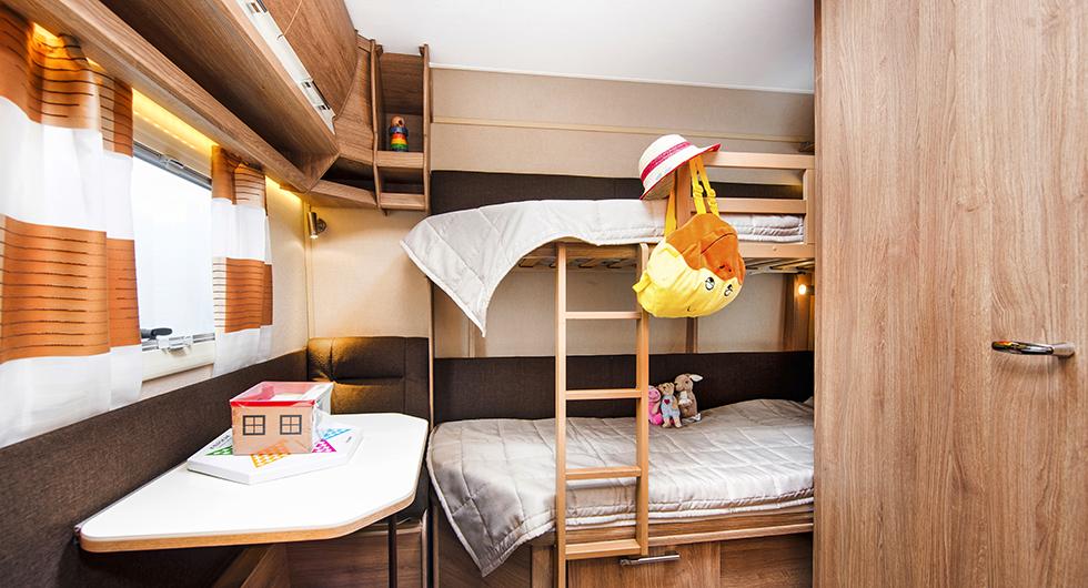 Barnen har ett eget rum längst bak med sittgrupp och säng.