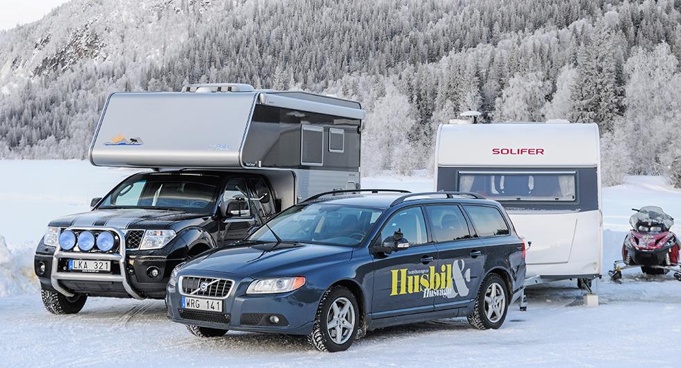 Camping i svenska fjällvärlden med en samling snöskotrar, pimpelspön och skidor är en oförglömlig upplevelse.