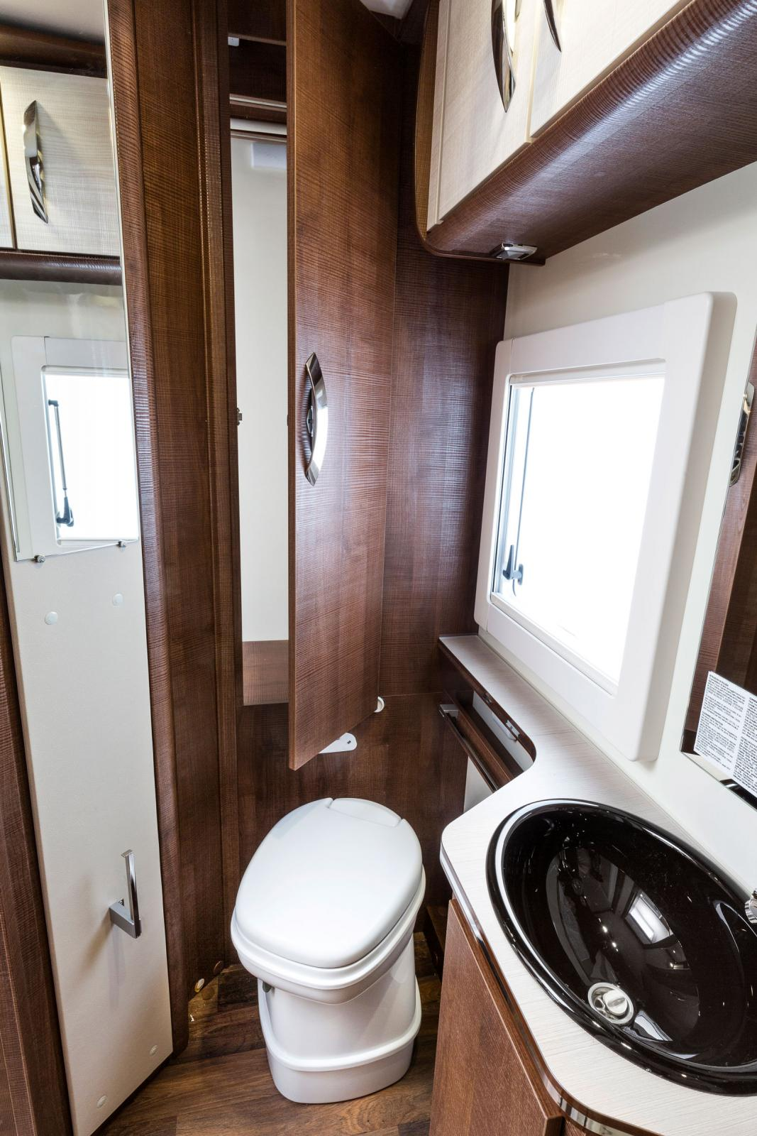 Badrummet är rymligt och det går även att nå garderoben härifrån. Tvålkopp och tandborstmugg förhöjer stämningen.
