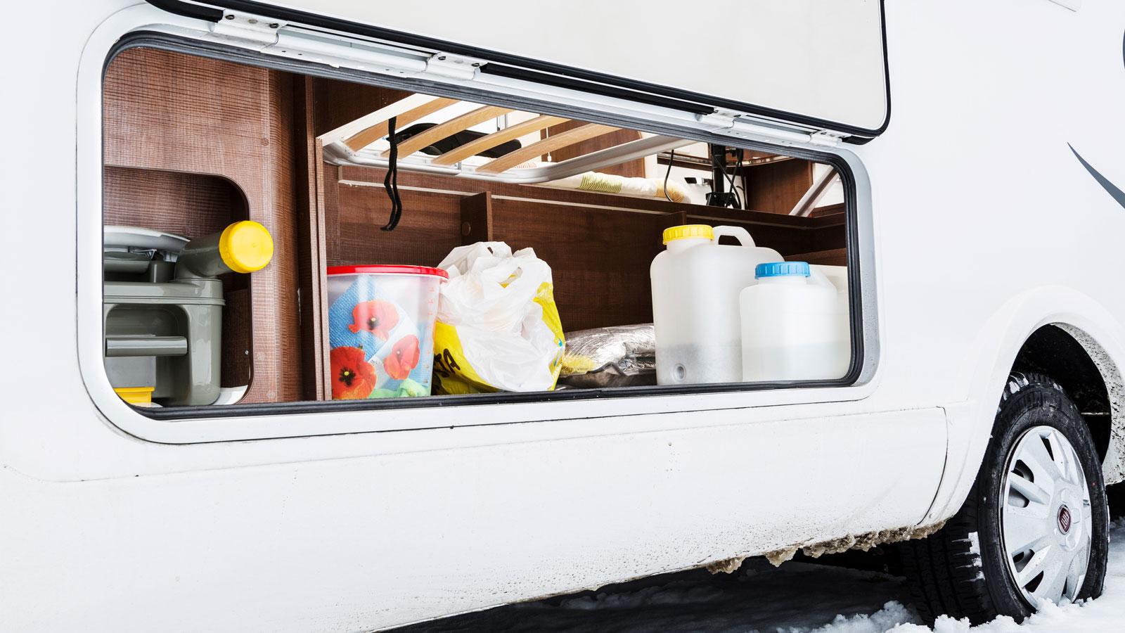 Under höger säng kan packning lastas in genom denna lucka.Till vänster tittar även toakassetten fram.