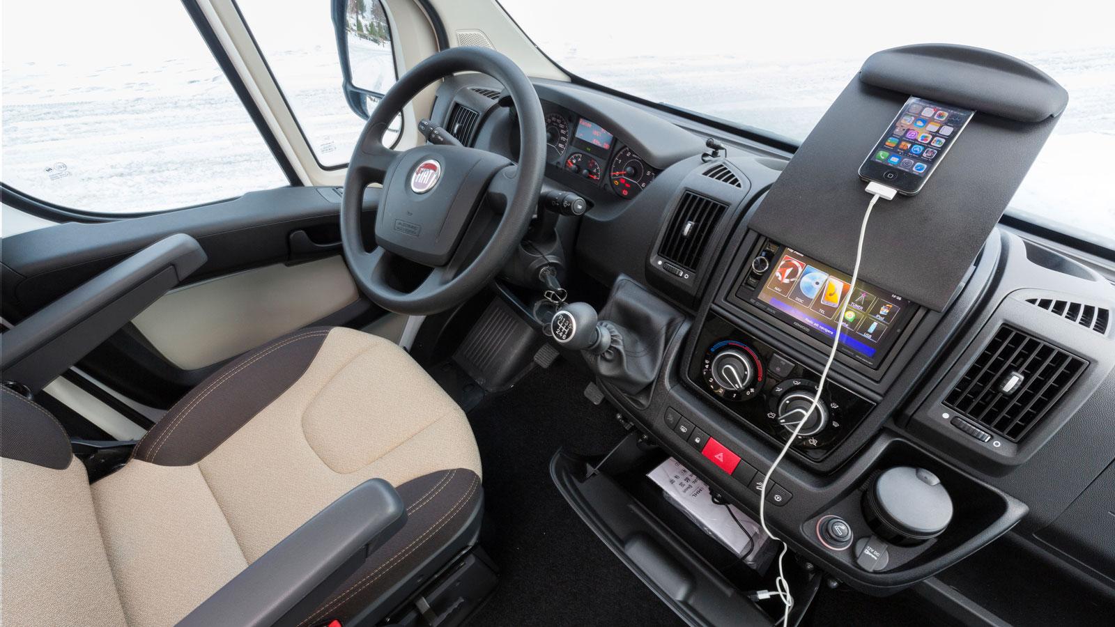 Praktiskt med Fiats nya hållare för telefoner eller kartor. Multimediapaketet är testbilens enda tillbehör.