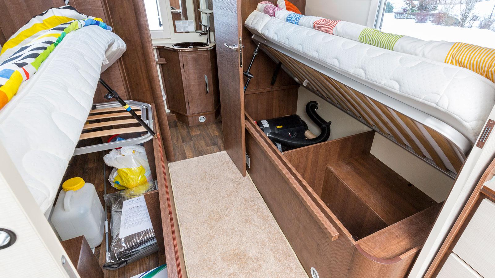 Under sängarna finns lastutrymme. Däremot inga stöttor eller gasfjädrar. Vi fixade det själva.