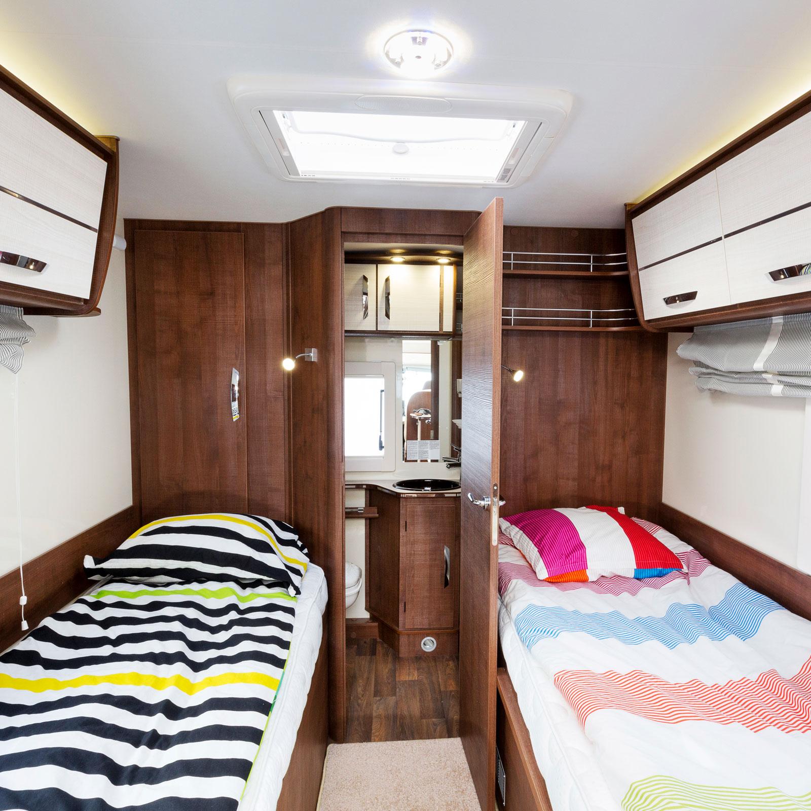 Låga sängar är okomplicerade att använda och bädda. Att ha toaletten placerad längst bak ger en mer öppen planlösning.