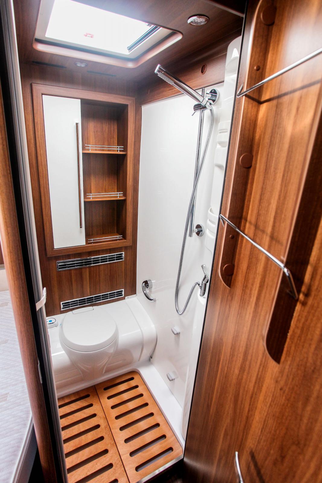 Dusch och toa tillsammans sparar plats men kan ge blöta strumpor för den som blir nödig efter att någon duschat.