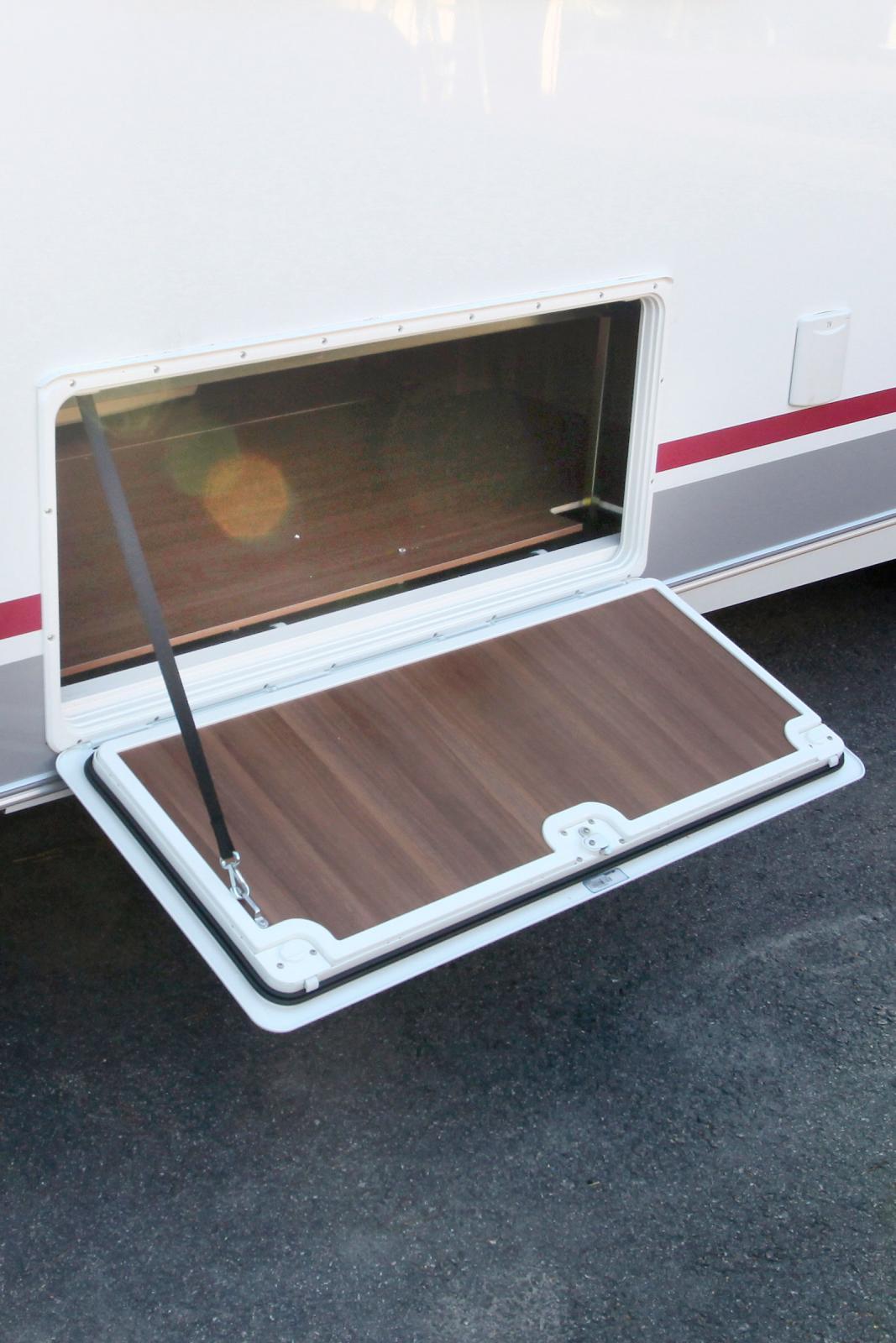 Det finns gott om förvaringsutrymme under sängen. Det gäller dock att vara försiktig så att husvagnen inte blir för baktung.