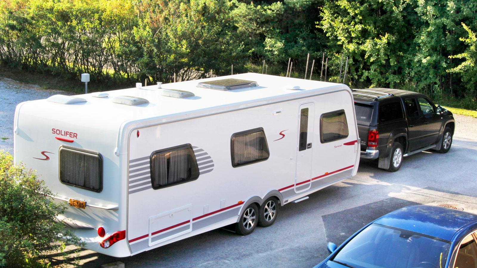 Väggar av PUAL-laminat med uretanisolering och slät aluminiumyta. Vagnens tak är av glasfiber och tål hårda hagelskurar.