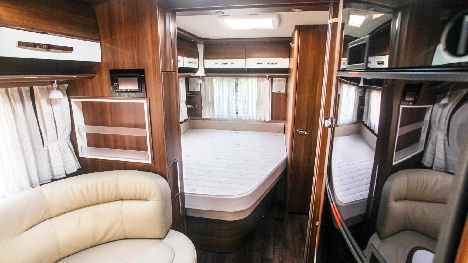 Sängen är en så kallad fransk bädd i bakre hörnet av vagnen och hygienutrymme intill. Tv-stativet kan vikas runt och ses från bädden. Fönster i huvudänden är svårt att läsluta sig mot.
