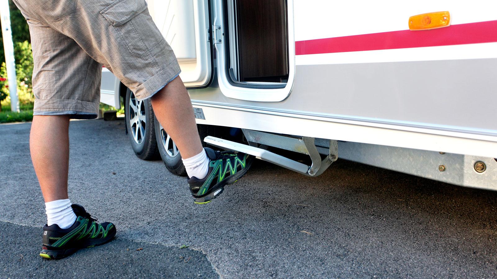 Trappan är lätt att fälla ut med foten och gör att det inte krävs någon separat pall.