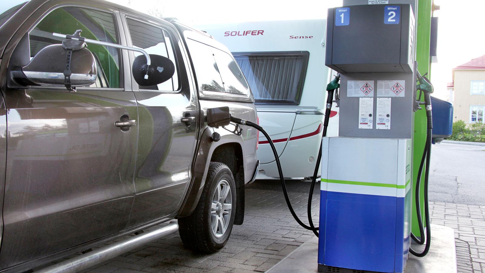 Vagnen ökar vår fordonskombinations bränsleförbrukning med sex liter på tio mil vilket väl är ganska normalt. Sense är en stor och välutrustad husvagn.