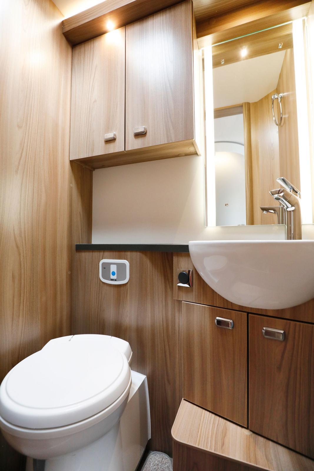Toaletten är rymlig och har gott om förvaring för det som behövs här.
