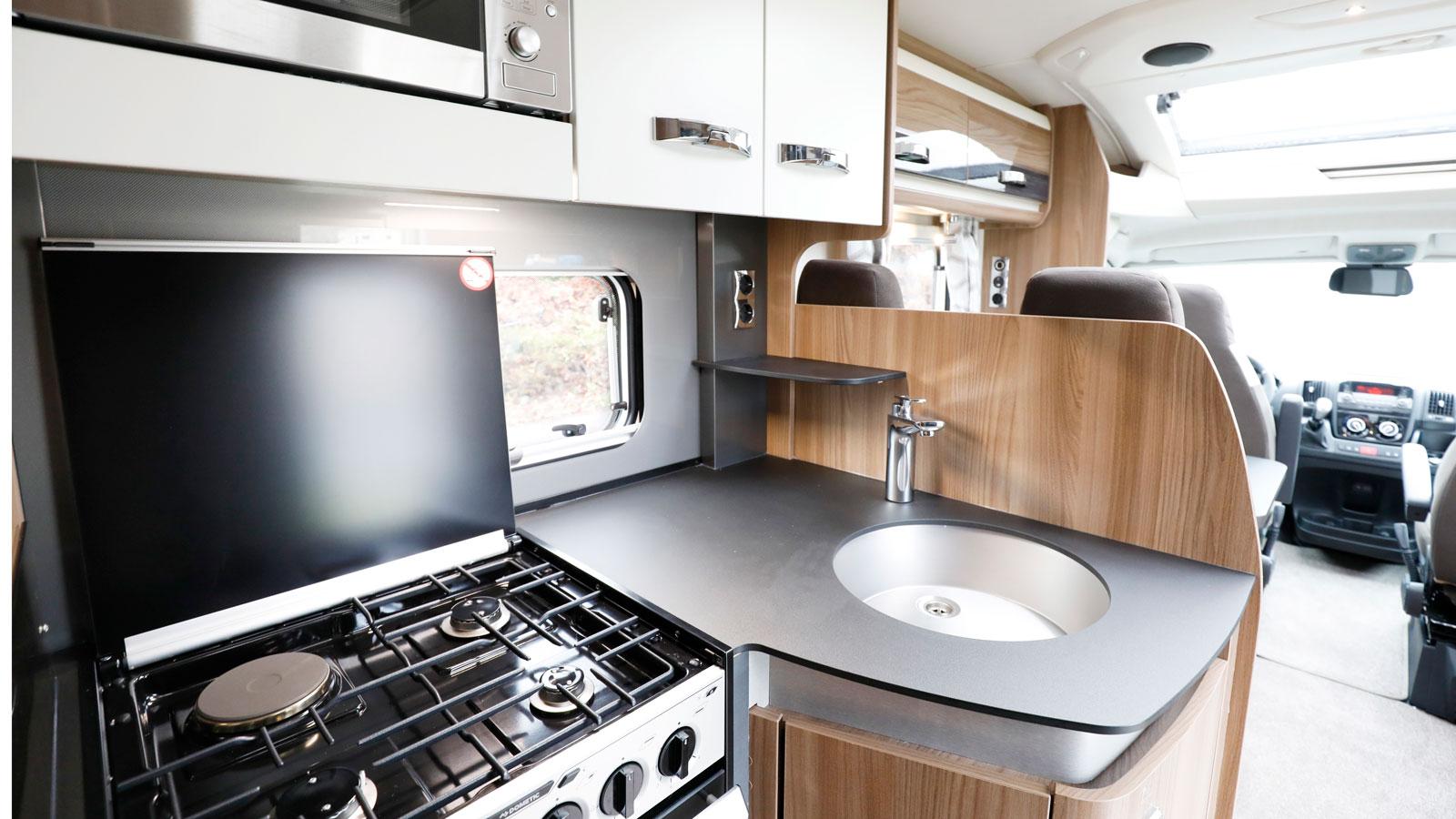 Det ljusa trevliga köket imponerar med utrymme och utrustning.