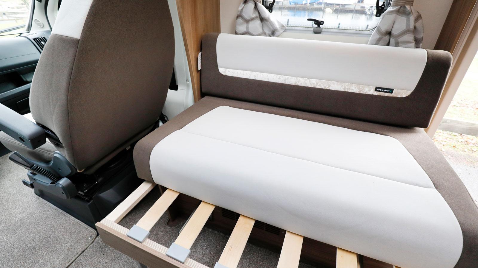 Soffan på bilens långsida bäddas enkelt om till extrabädd vid sittgruppen.